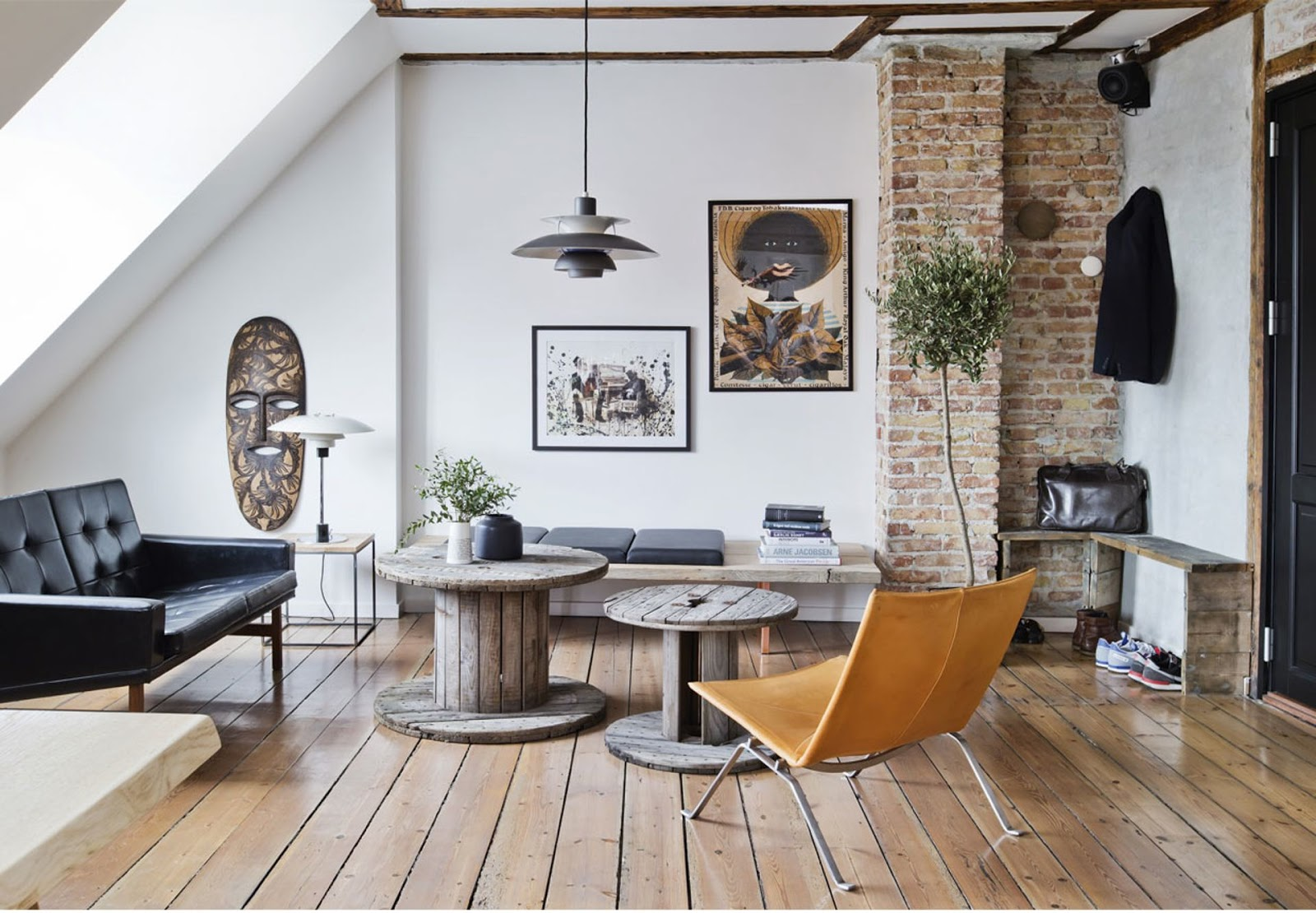 Chic apartment with exposed brick and rustic wood shockblast - Decoracion nordica salon ...