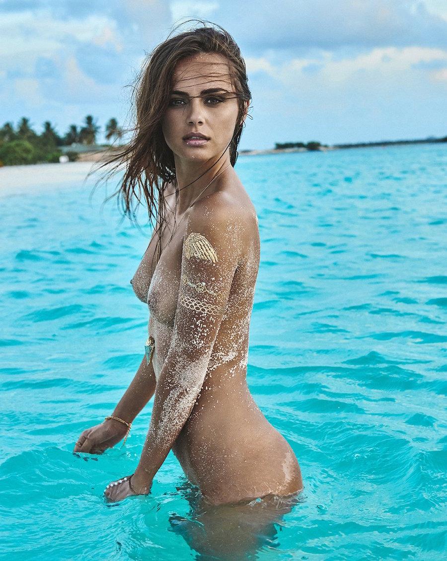 Sublime femme nue sur le sable - 12 photos